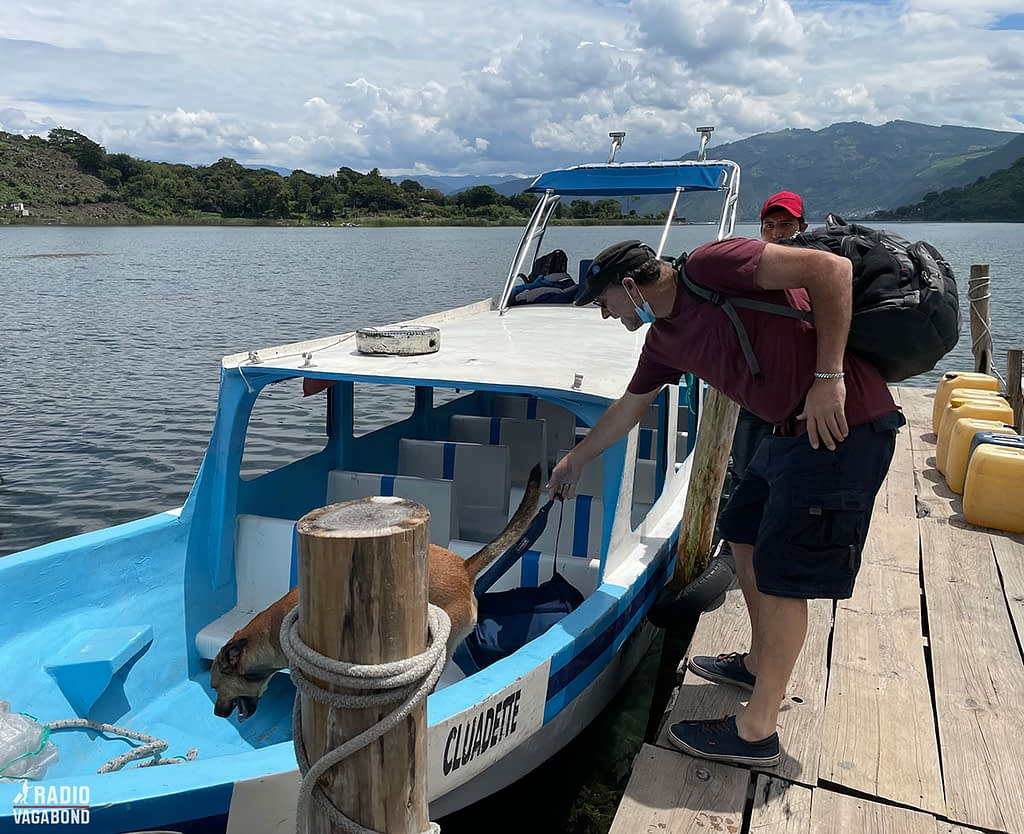 Together with his dog Catzij, Andrés and jumped on a small boat ti visit the other side of the lake.